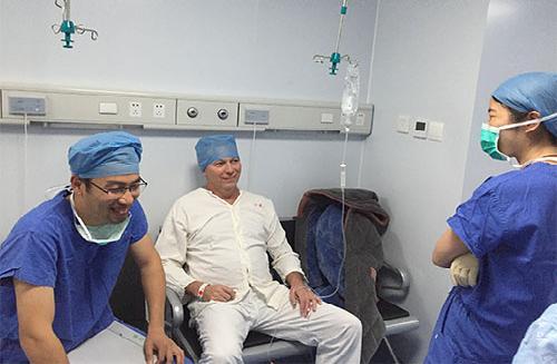 他是这里手术的第一个外国人.